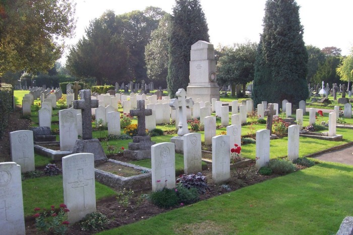 Rows of gravestones around the First Worls War memorial in Richmond Cemetery